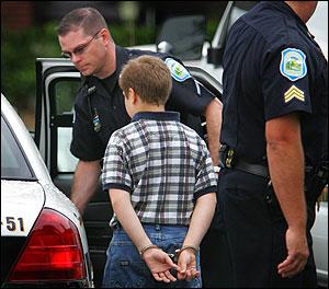 Pojke 10 år iförd handfängsel i USA
