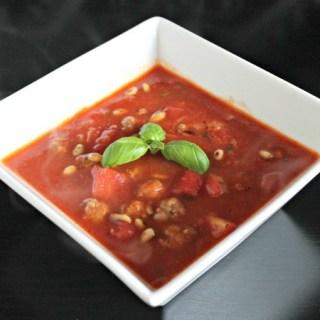 Tomatensoep met verse basilicum en pijnboompitten