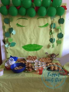 Mural de la diosa Te Fiti con mesa delante en la que está la merienda del cumpleaños