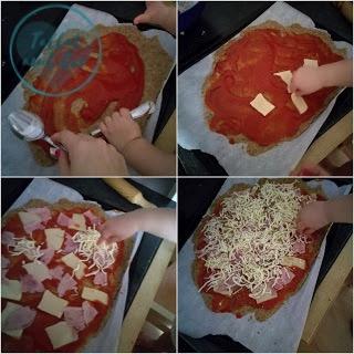 Cuatro imágenes del proceso de preparar nuestra receta de pizza con mano adulta y mano de bebé de casi 2 años: extendiendo el tomate, colocando el queso, el jamón cocido y el queso rallado.
