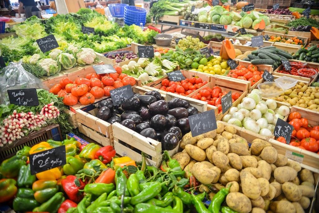 Imagen de varias hortalizas, una de las claves de la alimentación saludable, en un puesto de mercado
