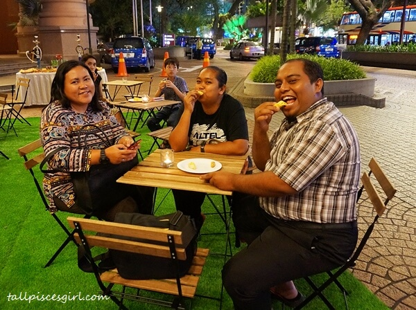Bloggers: Cik Lily Putih, Nannie Isa and Mahadi enjoying the durian feast