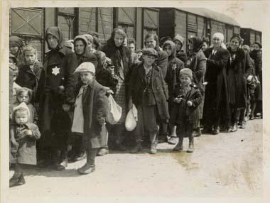 In Auschwitz und den anderen Todeslagern war es verboten zu fotografieren. Die einzigen Bilder welche die SS machte, wurden bei Ankunft und Selektion ungarischer Juden angefertigt und hielten das fabrikmässige Vorgehen in Auschwitz fest. Zu welchem Zwecke diese Aufnahmen entstanden ist unklar.