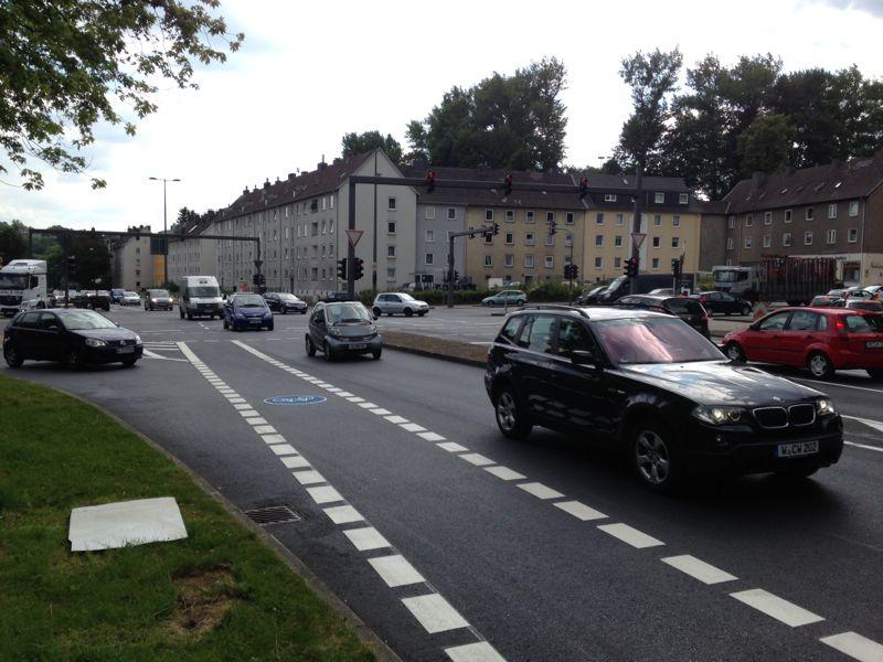 Auf dem Otto-Hausmann-Ring wird der Radweg fortgeführt.