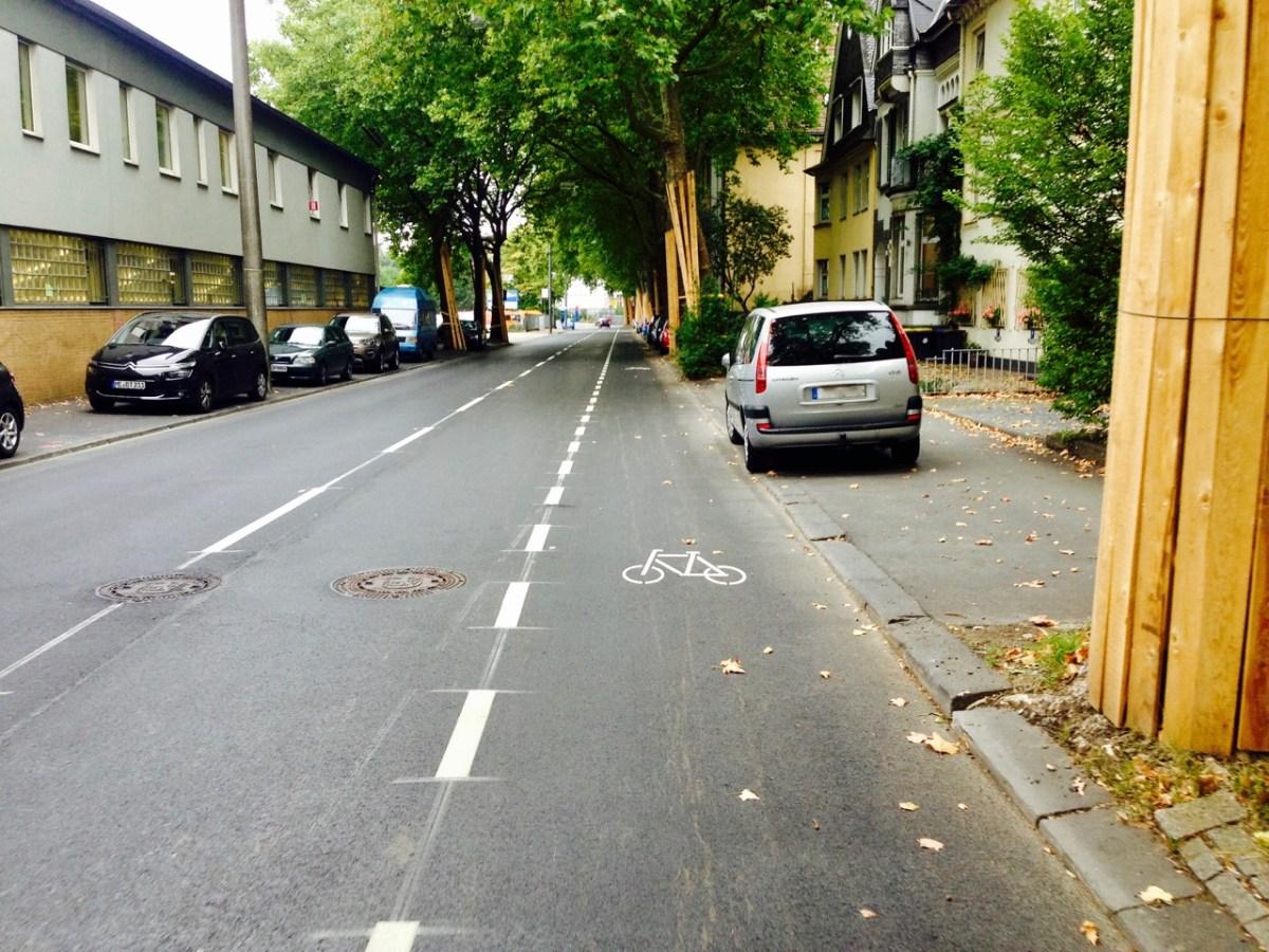Neuer Schutzstreifen auf Schützenstraße markiert