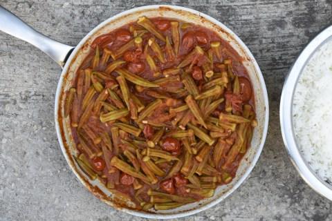 במיה זה לא איכס! במיה ברוטב עגבניות שאפשר לחסל בחמש דקות עם סיר אורז לבן