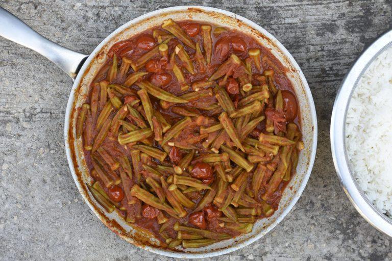 במיה ברוטב עגבניות