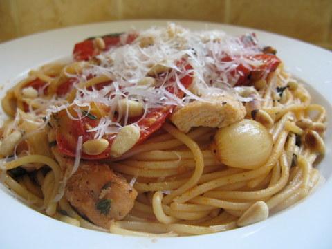 פסטה ברוטב עגבניות צלויות וחזה עוף