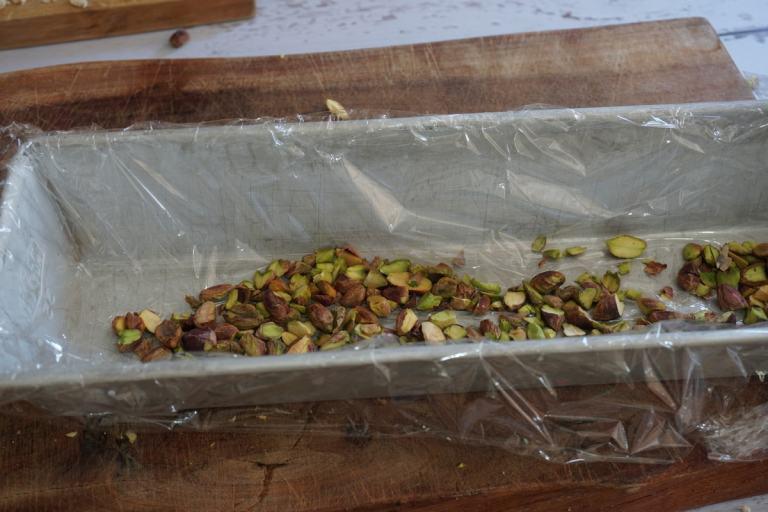 מרפדים את התבנית בנילון נצמד לפני הוספת הפיסטוקים