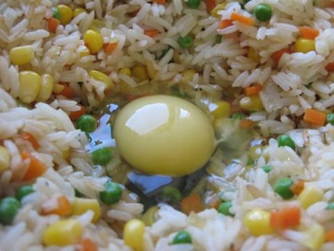 מוסיפים את הביצה