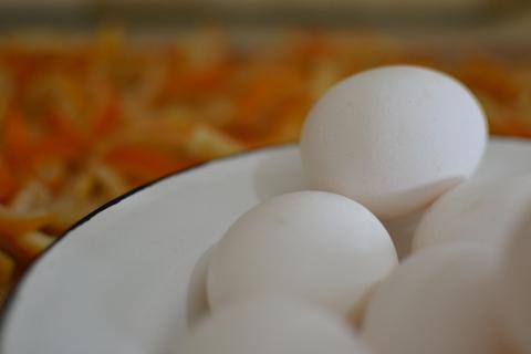 מוסיפים את הביצים בטמפרטורת החדר