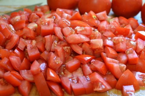 הכנת עגבניות לשקשוקה