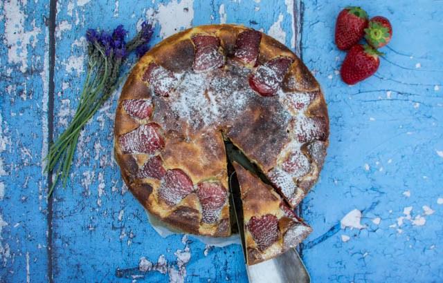 עוגת ריקוטה עם תות שדה