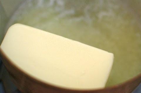 ממיסים את החמאה