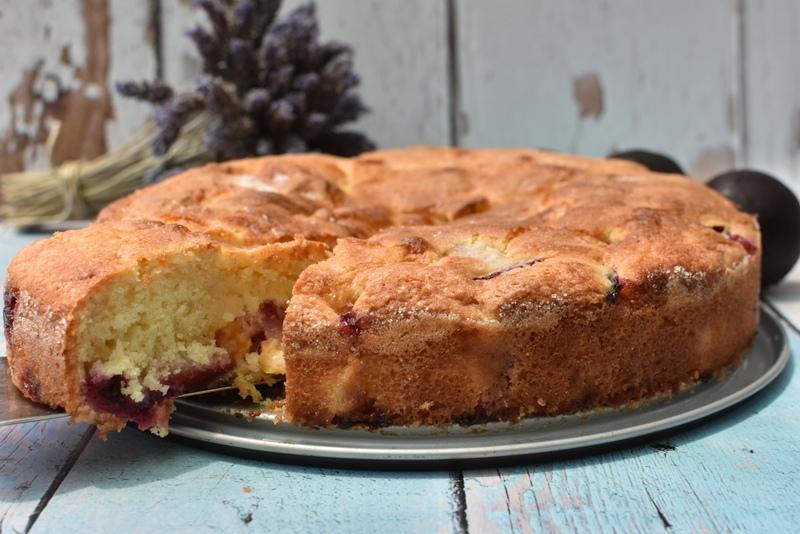 עוגת שזיפים בחושה עם ריבת משמש