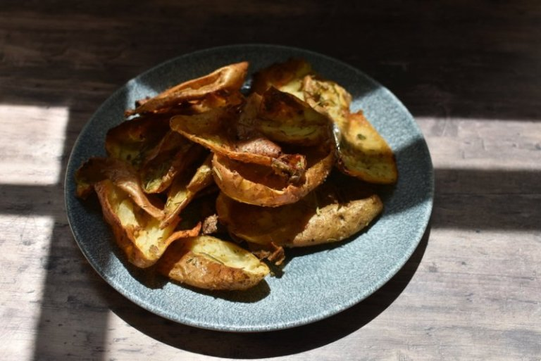 קליפות תפוחי אדמה בתנור