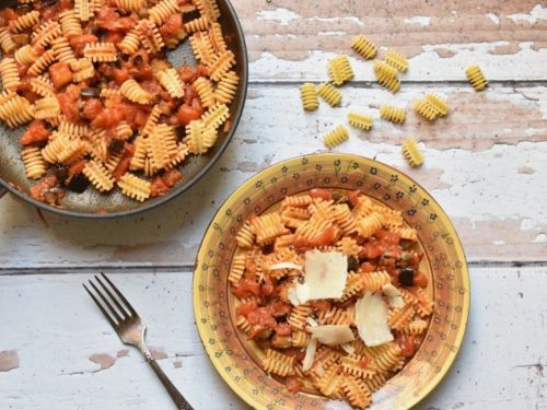 פסטה ברוטב חצילים, עגבניות וצלפים