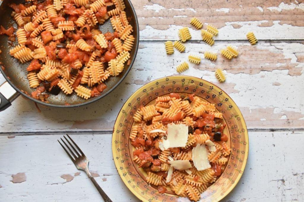 פסטה עם חצילים, עגבניות וצלפים