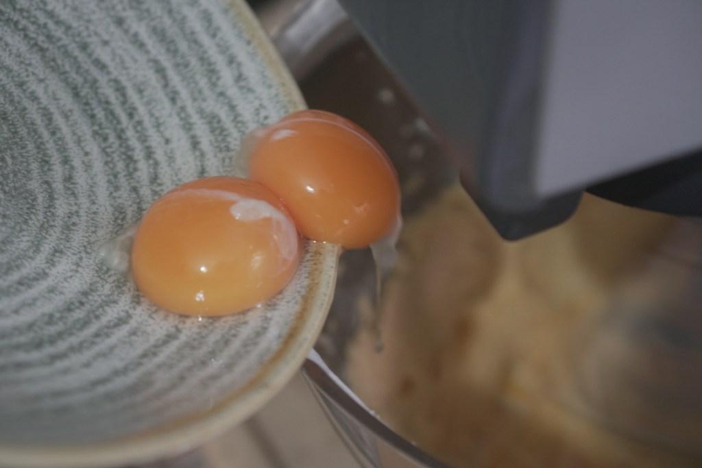 מוסיפים ביצה לבלילה