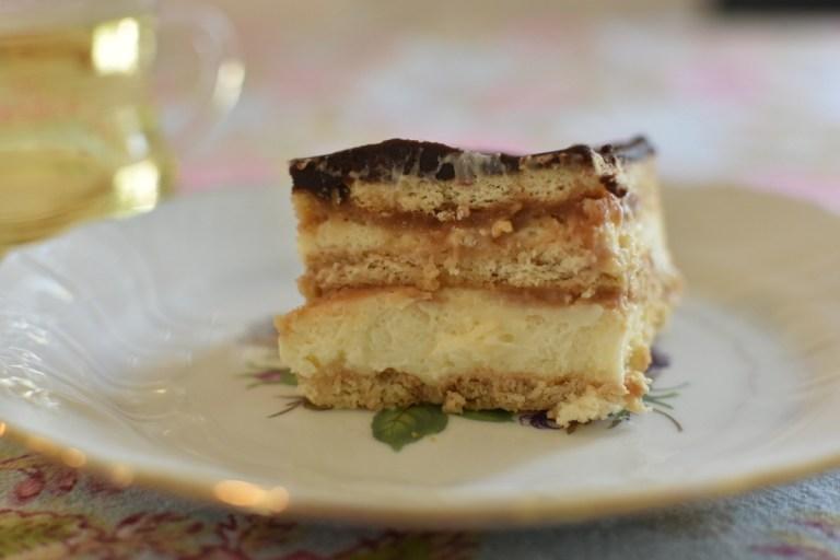 עוגת ביסקוויטים עם רוטב קרמל מלוח
