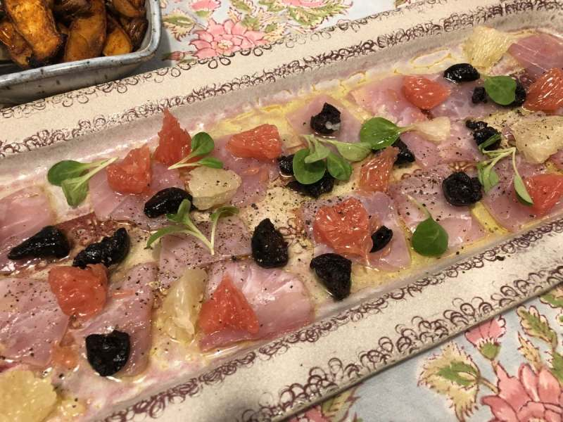 קרפצ'יו דג אינטיאס עם זיתי טאסוס ואשכולית אדומה