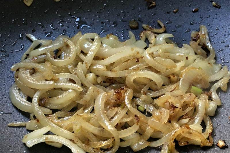 הכנת בצל מקורמל לשווארמת דגים