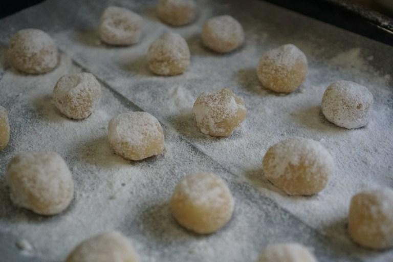 עוגיות שקדים לפני האפייה