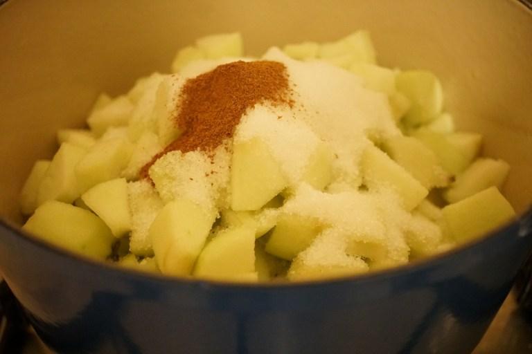 הכנת מלית תפוחים לעוגת תפוחים וקצף