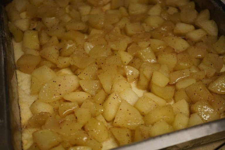 מסדרים את התפוחים על הבצק האפוי חלקית