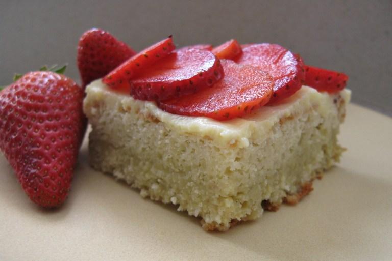 עוגת שקדים לפסח במילוי גאנש פיסטוק וקרם פטיסייר עם תותים