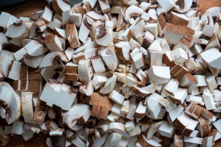 חיתוך הפטריות למרק