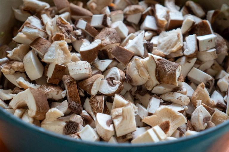 הוספת הפטריות לסיר