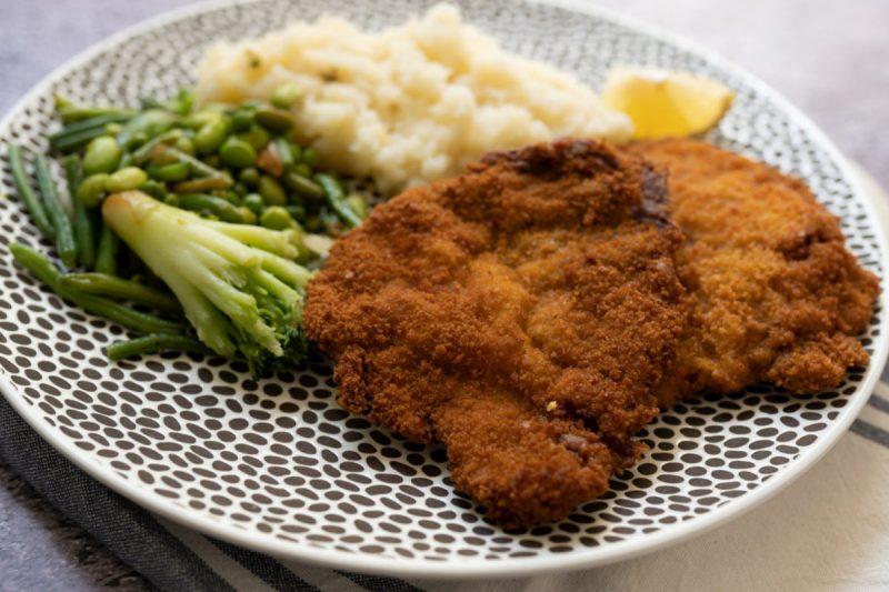 שניצל וינאי אמיתי מבשר עגל – אחת ממנות הדגל של המטבח הוינאי