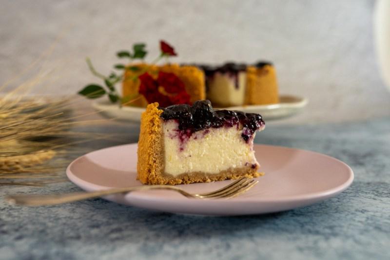 עוגת גבינה ואוכמניות