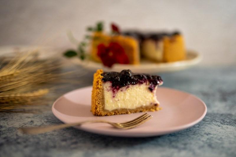 עוגת גבינה ואוכמניות שמכינים תוך פחות מעשר דקות עבודה