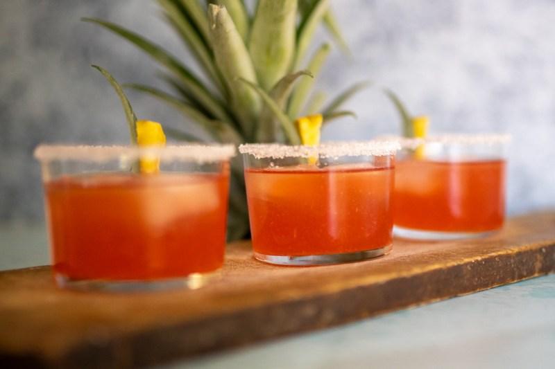 מרגריטת אננס וליקר תפוזי דם – הדקינג המושלם לים קיץ חם
