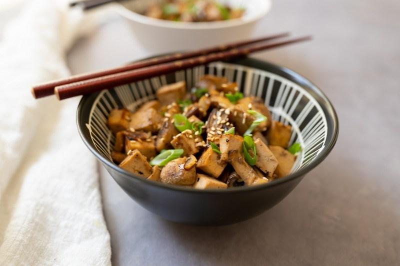 טופו עם פטריות – תבשיל של טופו מוקפץ עם פטריות חרוכות (טבעוני, ללא גלוטן)