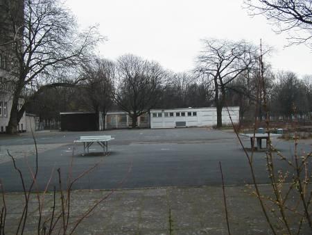 Der Schulhof einer Regelschule: Ein gnadenlos öder Ort…