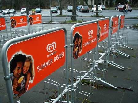 Fahrradständer mit Werbung für Langnese-Eis: SUMMER INSIDE!