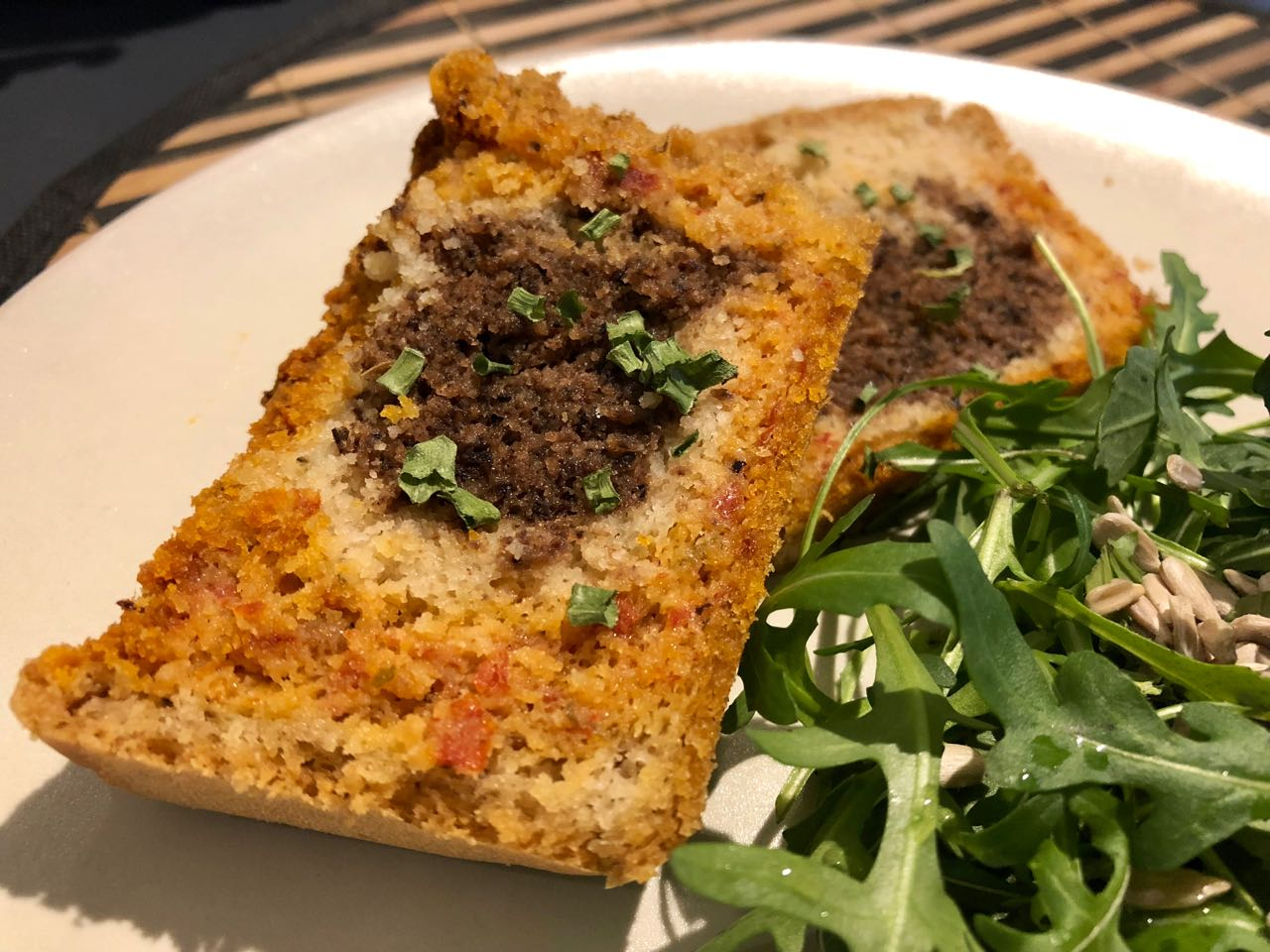 Cake à l'huile d'olive, marbré tomates et olives