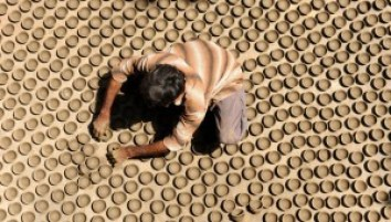 an-indian-potter-arranges-011