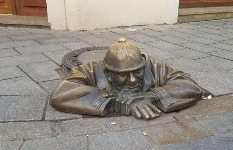 bratislava-man-hole-art