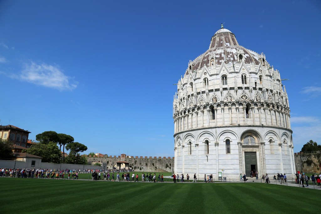 people-coming-to-see-the-leaning-tower-of-pisa