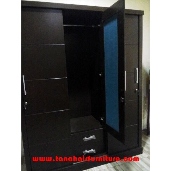 Lemari Pakaian Pintu Geser 3 Daun Pintu  pintu tengah terbuka