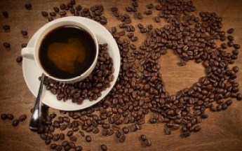A-cup-of-coffee-coffee-beans-placed-heart-shaped-pattern_1920x1200
