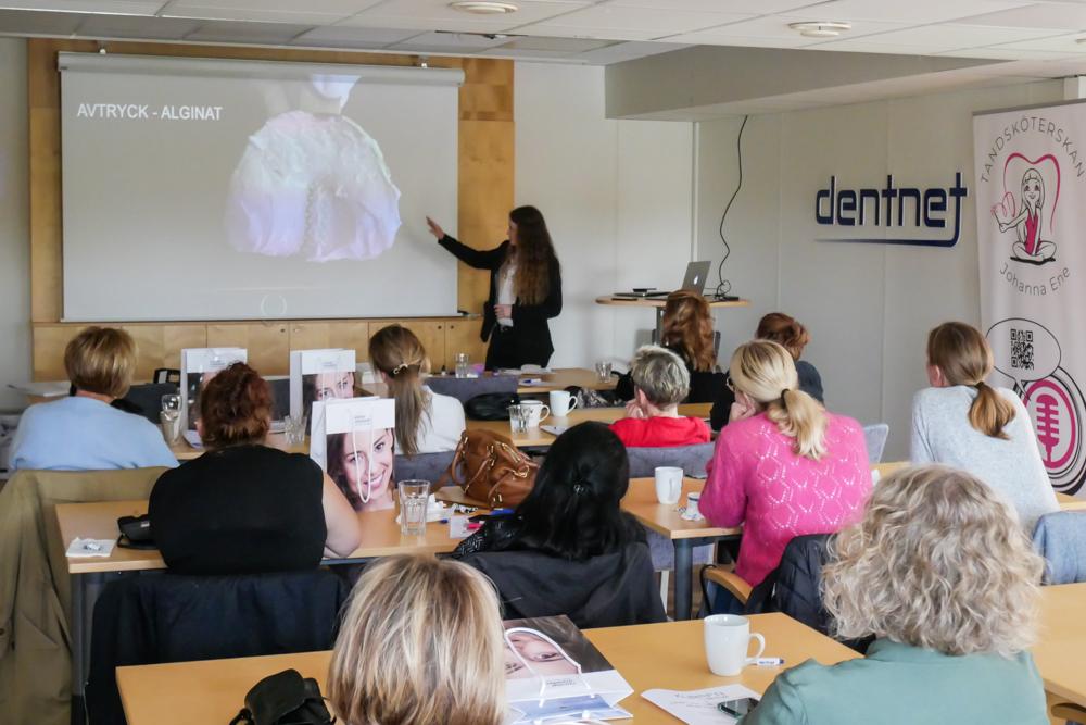 Tandsköterska Hannah Sjöholm föreläser om protetik och avtryck.