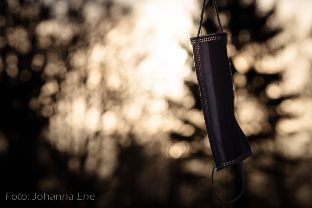 Munskydd hänger i soluppgång. Huvudvärk av munskydd när vi bär munskydd hela dagen. Foto: Johanna Ene