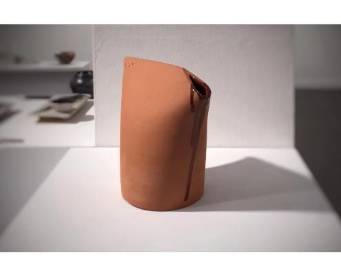 Regadora, 2019. Maria Torrellas. Exposició Fet al taller. Museu del càntir, Argentona.