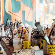 Fotografia de la taula d'un taller artístic