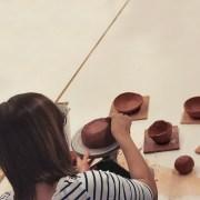 Maria Torrellas treballant al taller de ceràmica artística de l'escola llotja sant andreu. Fotografia: @ceramicallotja